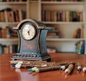Reloj de madera viejo y lápices coloreados imágenes de archivo libres de regalías