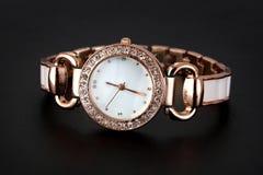 Reloj de oro con los diamantes artificiales Foto de archivo