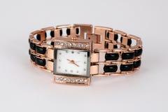 Reloj de oro con los diamantes artificiales, forma cuadrada Fotos de archivo