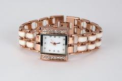 Reloj de oro con los diamantes artificiales, forma cuadrada Fotografía de archivo
