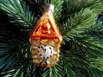 Reloj de oro de la decoración de la Navidad y del Año Nuevo Imagen de archivo libre de regalías