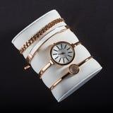 Reloj de oro del ` s de las mujeres en un fondo blanco Imágenes de archivo libres de regalías