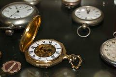 Reloj de oro viejo Imágenes de archivo libres de regalías