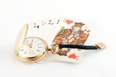Reloj de oro y tarjetas que juegan Imagenes de archivo