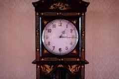 Reloj de péndulo viejo grande del vintage con el fondo tailandés del modelo en a foto de archivo