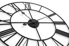 Reloj de pared aislado en el fondo blanco que muestra tiempo foto de archivo