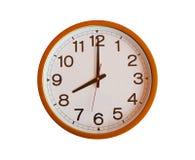 Reloj de pared anaranjado aislado en las ocho foto de archivo libre de regalías