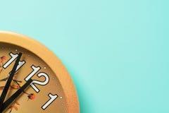 Reloj de pared cinco minutos antes del Año Nuevo Imagen de archivo libre de regalías