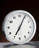 Reloj de pared con el metal aplicado con brocha Fotos de archivo