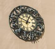 Reloj de pared con las muestras del zodiaco de las estatuillas Fotografía de archivo libre de regalías