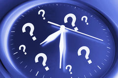 Reloj de pared con los signos de interrogación Foto de archivo