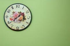 Reloj de pared de la vendimia en la pared verde Imagen de archivo libre de regalías