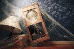 Reloj de pared de la vendimia por completo de telarañas Fotografía de archivo