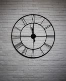 Reloj de pared del vintage en el fondo blanco Imagen de archivo libre de regalías