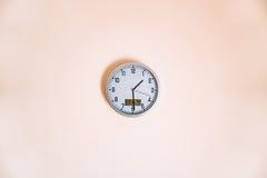 Reloj de pared en el apartamento con un forec del termómetro y del tiempo Imagen de archivo