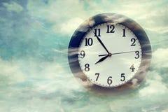 Reloj de pared en fondo surrealista Imagenes de archivo