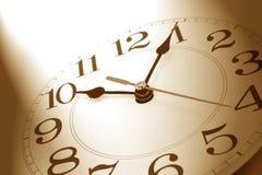 Reloj de pared en tono marrón imagen de archivo