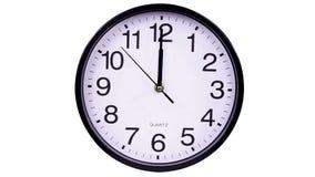 Reloj de pared en un 00:00 del fondo del blanco metrajes