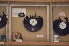 Reloj de pared hecho de un expediente Mano-artes fotografía de archivo libre de regalías
