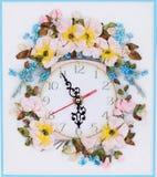 Reloj de pared hecho a mano adornado con las flores Imagen de archivo libre de regalías