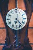Reloj de pared de madera del vintage decorativo imagen de archivo