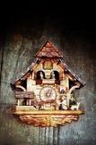 Reloj de pared de madera de los pájaros imagenes de archivo