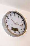 Reloj de pared metálico análogo y digital Imagen de archivo libre de regalías