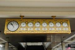 Reloj de pared viejo con encariñado árabe en la mezquita nacional de Malasia a K un Masjid Negara Fotografía de archivo
