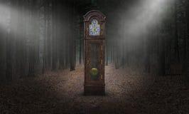 Reloj de pie surrealista, tiempo, bosque, naturaleza imagen de archivo