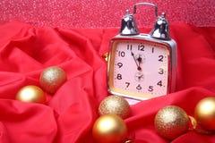 Reloj de plata del Año Nuevo o de la Navidad con muchas bolas en el fondo abstracto, decoración de la Navidad Fotografía de archivo libre de regalías