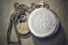 Reloj de plata del vintage en una cadena imagen de archivo
