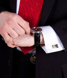 Reloj de plata en la mano de los hombres fotos de archivo libres de regalías