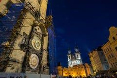 Reloj de Praga y la plaza principal por noche Foto de archivo