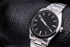 Reloj de Rolex, accesorio de lujo Fondo de cuero Fotos de archivo
