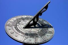 Reloj de sol contra el cielo azul Imagen de archivo