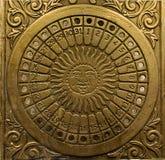 Reloj de sol de cobre amarillo del vintage con un calendario 1 Fotos de archivo