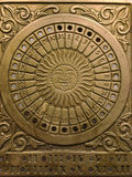 Reloj de sol de cobre amarillo del vintage con un calendario 2 imagenes de archivo