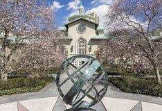 Reloj de sol de la plaza de la magnolia fotos de archivo