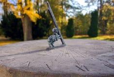 Reloj de sol de piedra en parque del otoño Fotografía de archivo