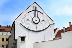 Reloj de sol en el edificio Foto de archivo libre de regalías