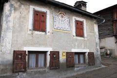 Reloj de sol en el santo-Véran del pueblo, Francia Imagenes de archivo