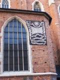 Reloj de sol en la iglesia de Mariacki o la iglesia del St Marys en Kraków Polonia Imagen de archivo libre de regalías