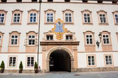 Reloj de sol en la pared sobre el arco en la corte de la abadía del ` s de San Pedro, Salzburg, Austria Foto de archivo libre de regalías