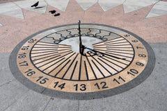 Reloj de sol en la plaza fotos de archivo libres de regalías