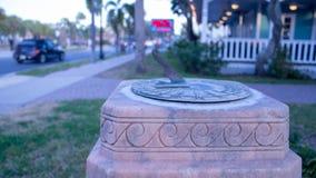 Reloj de sol en pedestal de mármol rosado fotografía de archivo
