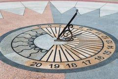 Reloj de sol que muestra el tiempo Imagen de archivo libre de regalías