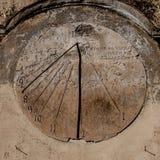 Reloj de sol tallado en piedra fotografía de archivo libre de regalías