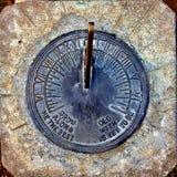 Reloj de sol viejo del vintage fijado en hormigón Fotografía de archivo