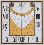 Reloj de sol viejo restaurado con la pintura mural Fotos de archivo libres de regalías