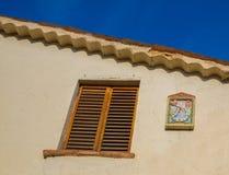 Reloj de sol y ventana Foto de archivo libre de regalías